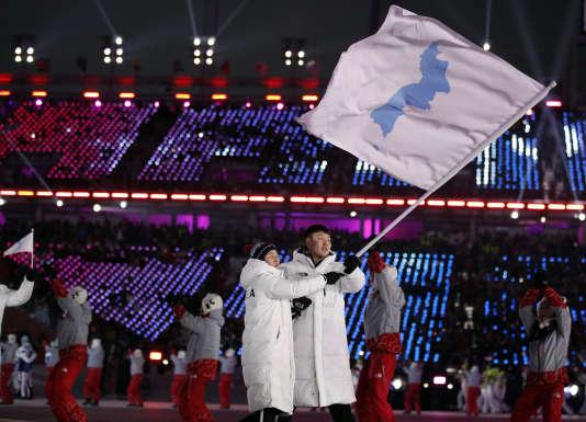 Regroupés derrière le drapeau de l'unification coréenne – la silhouette bleu pâle de la péninsule sur fond blanc – les athlètes coréens ont reçu une grande ovation.
