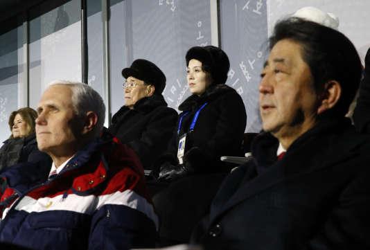 Kim Yong-nam, le chef d'Etat de la Corée du Nord, et Kim Yo-jong, sœur de Kim Jong-un, assis derrière Mike Pence, le vice-président des Etats-Unis, et Shinzo Abe, le premier minitre japonais, lors de la cérémonie d'ouverture des Jeux olympique d'hiver 2018.