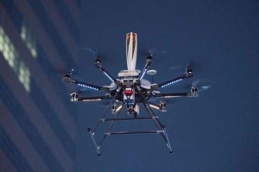 En principe, le drone-porteur de la torche olympique n'est pas du genre à échapper à son pilote.