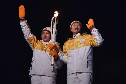 Jong Su-hyon, pour le Nord, et Park Jong-ah, pour le Sud, ont gravi de concert l'escalier lumineux qui menait à la vasque.