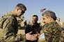 Le général américain Jamie Jarrord (à g.) et Muhammed Abu Adeel, commandant du conseil militaire de Manbij, au nord de la Syrie, le 7 février.