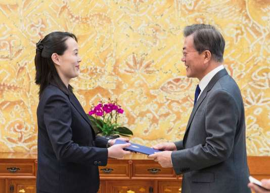 Kim Yo-jong a remis une lettre de son frère, le dirigeant nord-coréen Kim Jong-un, àMoon Jae-in, le président du Sud, le 10 février 2018, à Séoul.