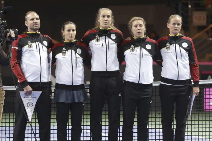 L'équipe de tennis allemande pour la Fed Cup écoute l'hymne national, à Minsk, en Biélorussie, le 10 février.