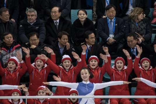 La tribune officielle, et les cheerleaders nord-coréennes.
