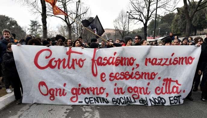 Des milliers de personnes ont défilé, samedi 10 février, à Macerata contre le fascisme.