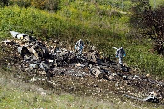 Les restes d'un avion de combat israélien qui s'est écrasé après avoir été touché par la défense anti-aérienne syrienne, samedi 10 février. / AFP / Jack GUEZ