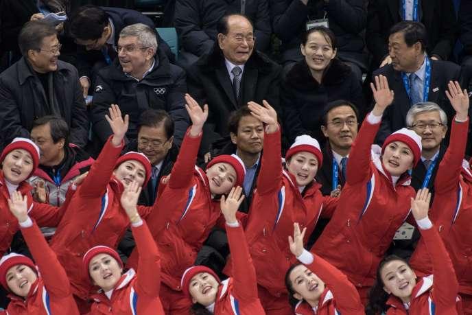 Le président sud-coréen Moon Jae-in et la délégation nord-coréenne, dans les gradins de la patinoire olympique deGangneung , le 10 février.