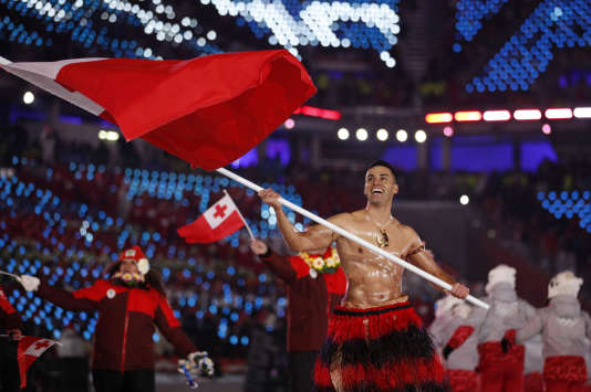Pita Taufatofua porte le drapeau des îles Tonga lors de la cérémonie d'ouverture des Jeux olympiques, vendredi 9 février à Pyeongchang. (AP Photo/Jae C. Hong)