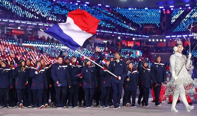 Les sportifs français défilent aux Jeux olympiques de Pyeongchang, le 9 février 2018, derrière leur porte-drapeau, Martin Fourcade.