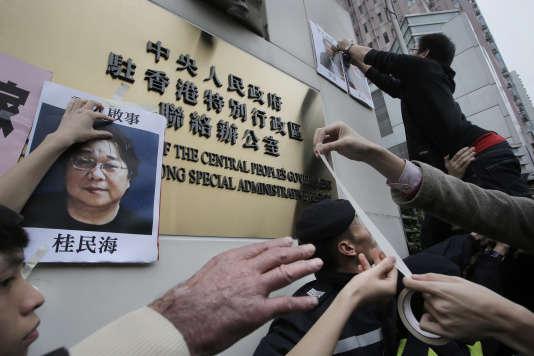 Manifestation de soutien aux libraires disparus, dont Gui Minhai (photo de gauche), à Hongkong, en janvier 2016.