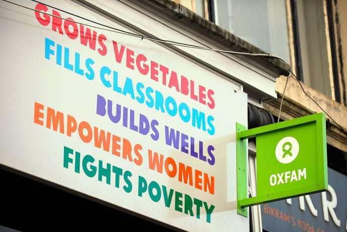 Devant une librairie de l'ONG Oxfam, à Glasgow (Royaume-Uni), le 10 février 2018.