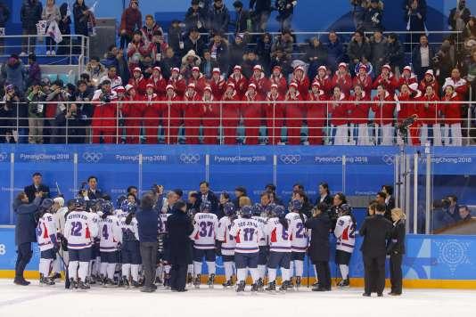 La formation de pom-pom girls venue de Corée du Nord encourage l'équipe de Corée unifiée pendant son match de hockey face à la Suisse samedi 10 février. REUTERS/Brian Snyder