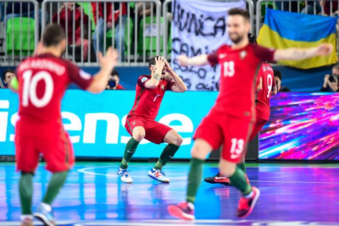 Les Portugais après leur victoire contre l'Espagne, en finale de l'Euro de futsal, le 10février 2018.