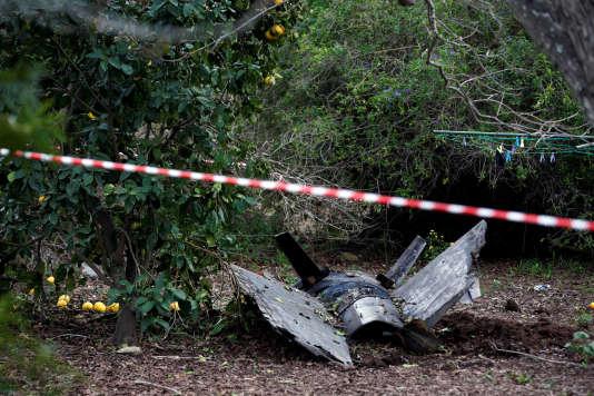 Les restes du missile syrien qui a abattu un F-16 israélien, près d'Alonei Abba (Israël), samedi 10 février.