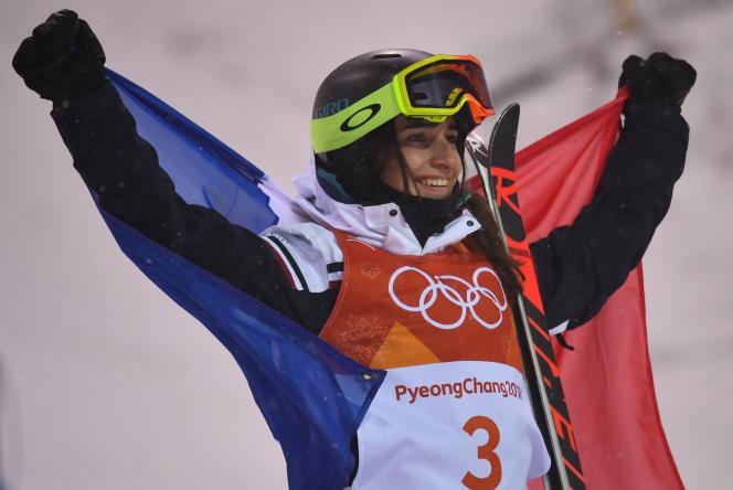 Perrine Laffont fête sa médaille d'or en ski de bosses, le 11 février 2018.REUTERS/Dylan Martinez
