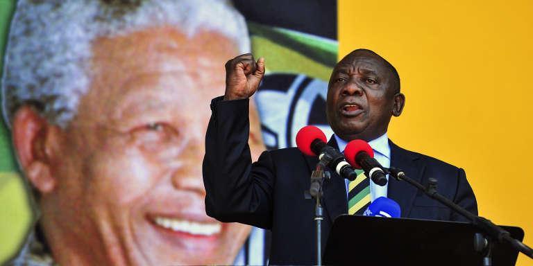 Cyril Ramaphosa lors de son discours au Cap (Afrique du Sud) devant un portrait de Nelson Mandela, le 11 février.