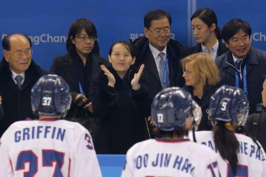La sœur du leader nord-coréen Kim Jong-un, Kim Yo-jong, applaudit l'équipe coréenne de hockey sur glace, à Pyeongchang, le 10 février.