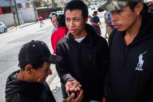 Manuel (au centre) et son père (à gauche), à Guatemala, le 23 janvier. Le jeune homme est de retour dans son pays après s'être fait expulser des Etats-Unis.