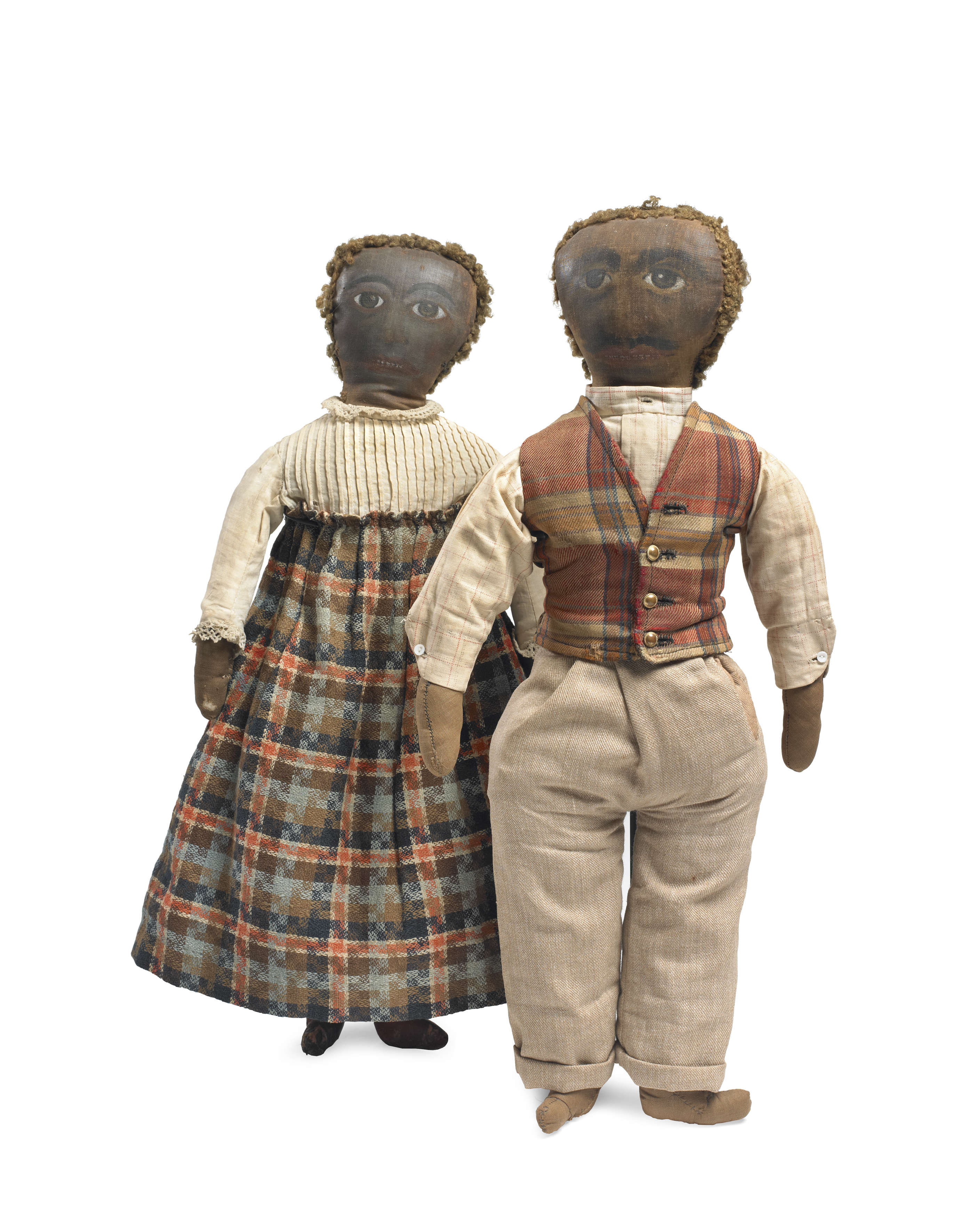"""«Ce couple aux vêtements coordonnés et aux traits peints évoque les portraits du Fayoum [ensemble de peintures de l'Egypte romaine]. Ces poupées tirent, de fait, du côté du portrait.On pourra dire à raison qu'elles sont """"jolies""""ou de magnifique facture, car elles sont l'œuvre d'une main experte en couture, des fronces raffinées de Madame à la petite poche fonctionnelle de Monsieur. »"""