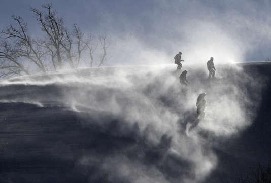 Des membres de l'organisation inspectent la piste de géant, vendredi matin, avant de décider de son annulation pour cause de vents violents.