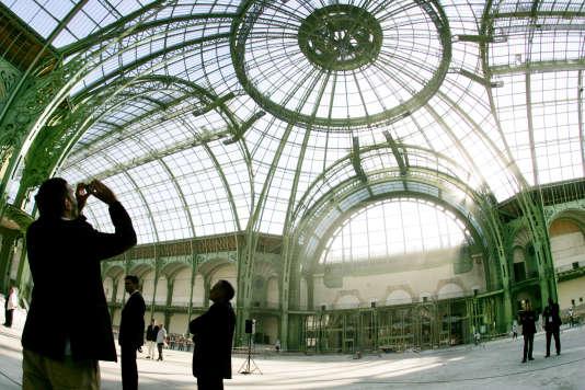 Vue d'ensemble de la nef du Grand Palais à Paris, lors de travaux de restauration en août 2005.