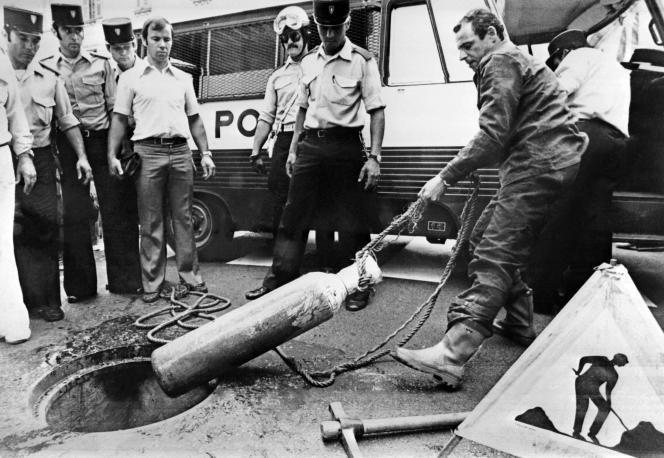 Deux jours après le casse, une bouteille d'oxygène est retirée des égouts après le volà la Société générale, à Nice, le 20 juillet 1976.
