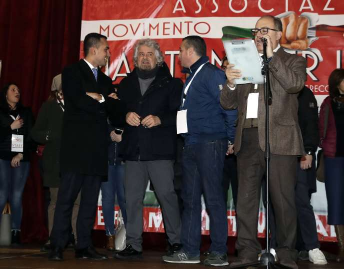 Luigi di Maio et Beppe Grillo (à gauche), le 12 février àTorre del Greco, près de Naples.