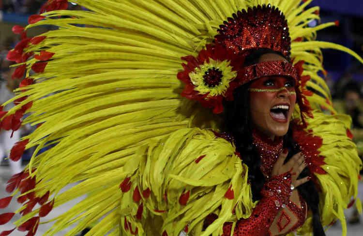 La reine de la batterie Raphaela Gomes, de Sao Clemente, a fait vibrer le public. La France a été mise à l'honneur par cette école.