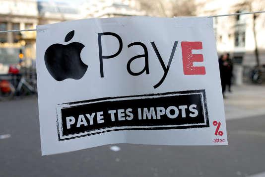 Affiche reprenant le slogan d'Attac, placardée devant le palais de justice de Paris, le 12 février.