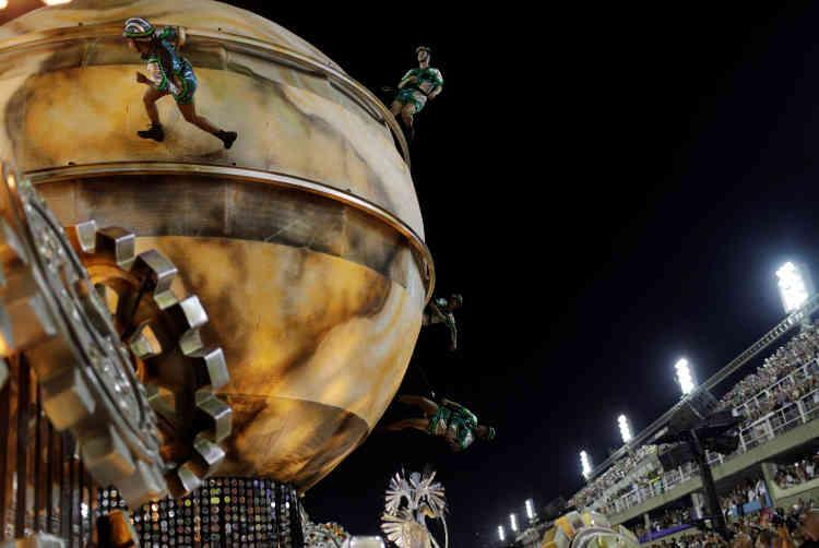 L'un des chars les plus incroyables, de Vila Isabel, offrait un spectacle à 360 degrés.