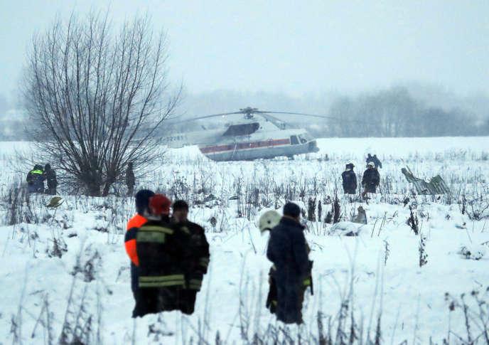Des sauveteurs sur le lieu du crash de l'An-148, dans les environs de Moscou, le 11février.