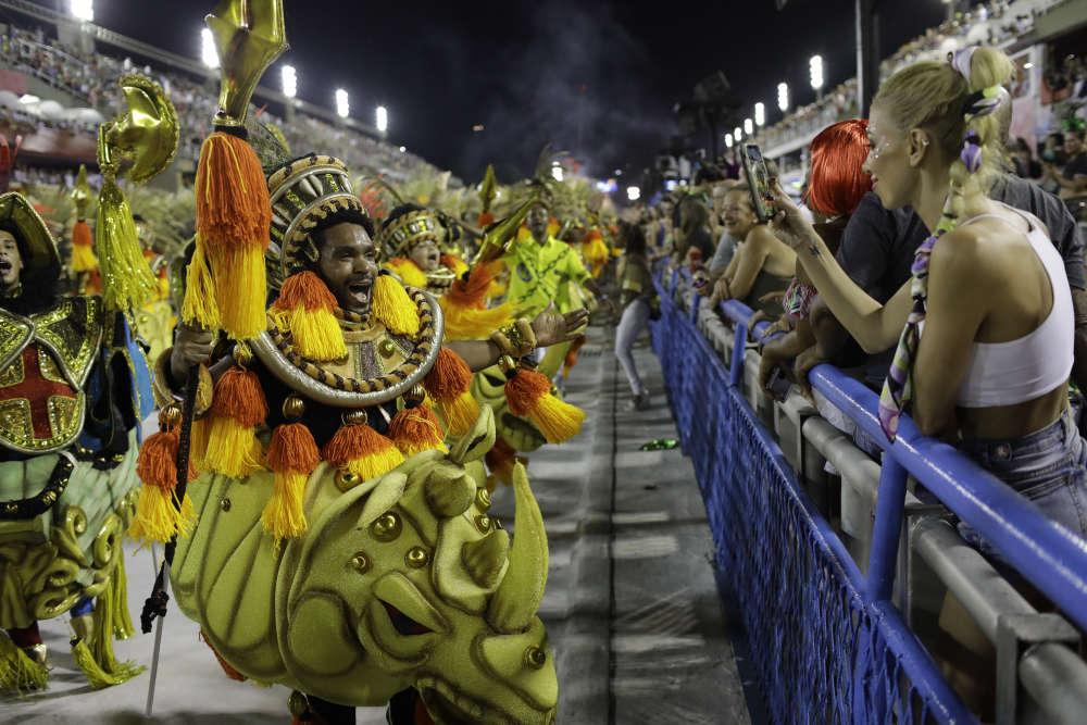 Un danseur de Paraiso do Tuiuti se prête au jeu des photos dans leSambodrome.