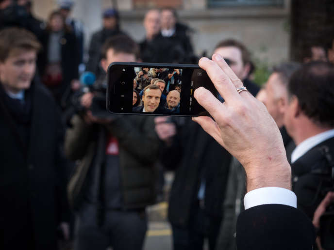Emmanuel Macron dans les rues d'Ajaccio, le 6 février.