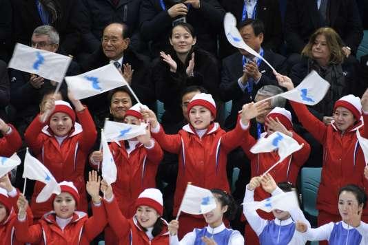En haut : le président du CIO, Thomas Bach, le président du Présidium nord-coréen, Kim Yong-nam, et la soeur du leadeur nord-coréen Kim Jong-un, Kim Yo-jong. Samedi 10 février, à Gangneung.