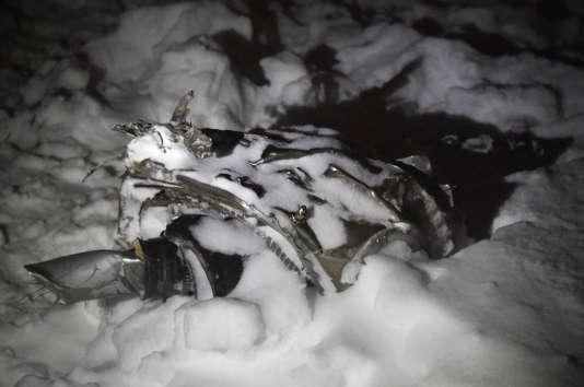 Les opérations de recherches, qui ont mobilisé toute la nuit plusieurs centaines de personnes, sont rendues difficiles par une importante couche de neige.