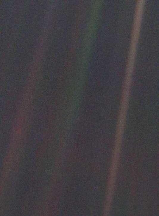 « Pale Blue Dot » (« point bleu pâle »),image prise par la sonde Voyager 1 à plus de 3 miliards de kilomètres de la Terre.
