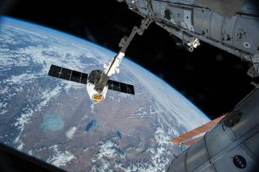 La capsule «Dragon», de SpaceX, en approche d'arrimage à la station spatiale internationale, le 17 avril 2017.