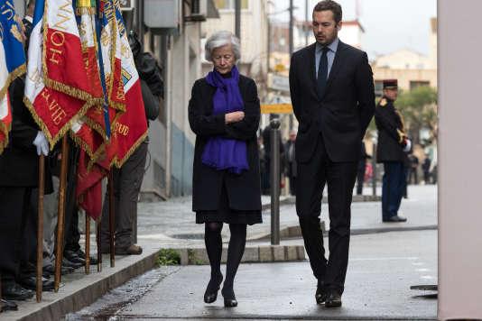 La veuve du préfet Erignac, Dominique Erignac, accompagnée de son fils, attend l'arrivée du président Macron, le 6 février 2018, peu avant le début de la cérémonie commémorant les 20 ans de l'assassinat de son époux.