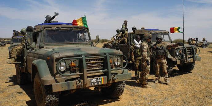 Des soldats de l'armée malienne en patrouille dans le centre du pays, le 1er novembre 2017.