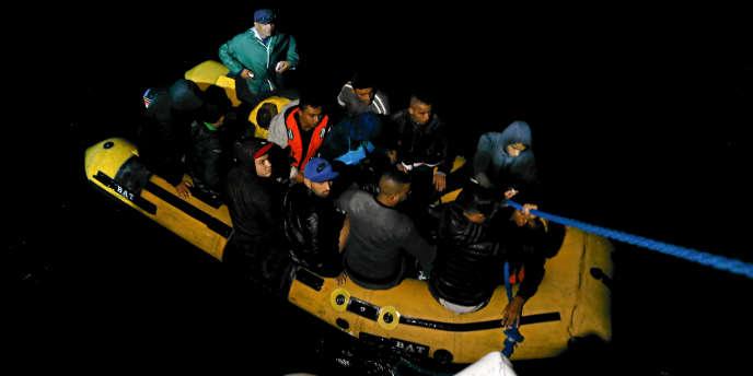 Un groupe de Tunisiens sur une embarcation de fortune récupérés par les gardes-côtes du pays près de Bizete, le 12 octobre 2017.