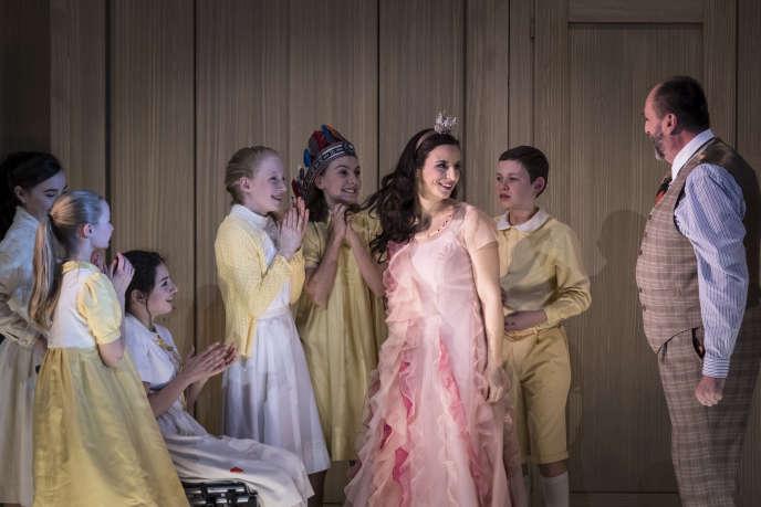 Anaïk Morel (Charlotte) et Kristian Paul (Le Bailli) avec les enfants de la Maîtrise de l'Opéra national du Rhin dans«Werther», de Massenet.