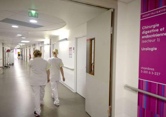 Al'hôpital d'Orléans, chaque service perd au moins un aide-soignant en 2018, alors que les soignants s'estiment déjà surchargés.