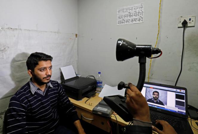 Un homme est scanné par le systèmeAadhaar, dans un centre d'enregistrement de Delhi, le 17 janvier.
