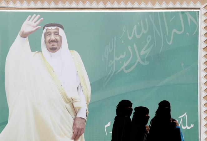 Devant un portrait du roi Salman, à Riyad, en février.
