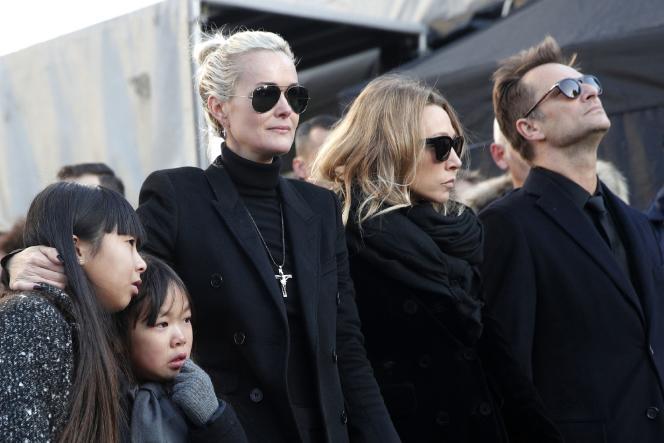 Laeticia Hallyday, avec ses filles Jade et Joy, Laura Smet et David Hallyday, lors des funérailles de Johnny Hallyday à Paris, le 9 décembre.