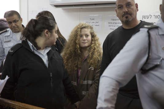 La jeune Palestinienne Ahed Tamimi (au centre), dans la prison militaire d'Ofer (Israël), le 13 février.