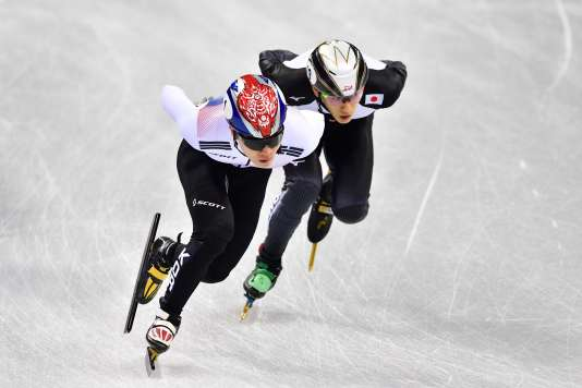 Le sud-coréen Seo Yira (à gauche) et le Japonais suspendu Kei Saito lors de la course sur 1500 mà Pyeongchang, le 10 février.