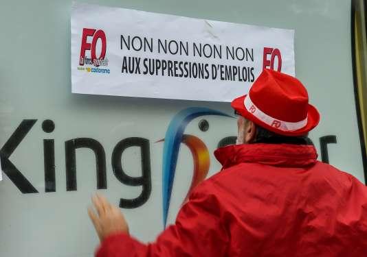 Manifestations de salariés de Castorama et de Brico Dépôt devant le siège de Kingfisher, à Templemars, dans le Nord, le 1er décembre 2017.