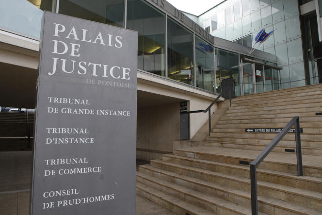 A Pontoise, le prévenu, âgé de 29ans, est poursuivi pour «atteinte sexuelle sur une mineure de 15ans» pour avoir, le 24avril 2017 à Montmagny (Val-d'Oise), eu une relation sexuelle avec la collégienne qu'il avait déjà abordée à deux reprises les jours précédents. Il encourt cinq ans de prison.