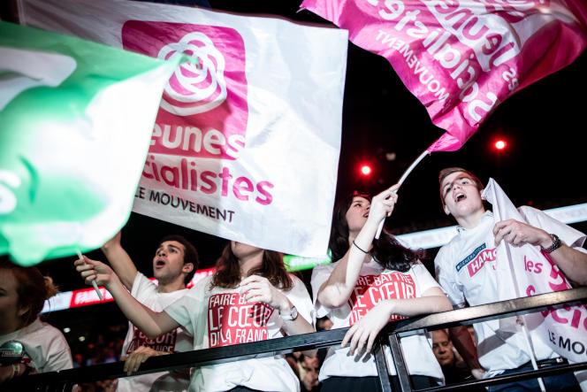 De jeunes militants socialistes, lors d'un meeting de Benoît Hamon, le 19 mars 2017, à Paris.